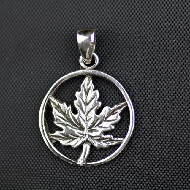 Sterling Silver Maple Leaf Pendant (18mm Diameter x 1mm)
