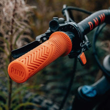 Laden Sie das Bild in den Galerie-Viewer, PNW Components Loam Grips Lenkergriffe Orange Range Handlebar