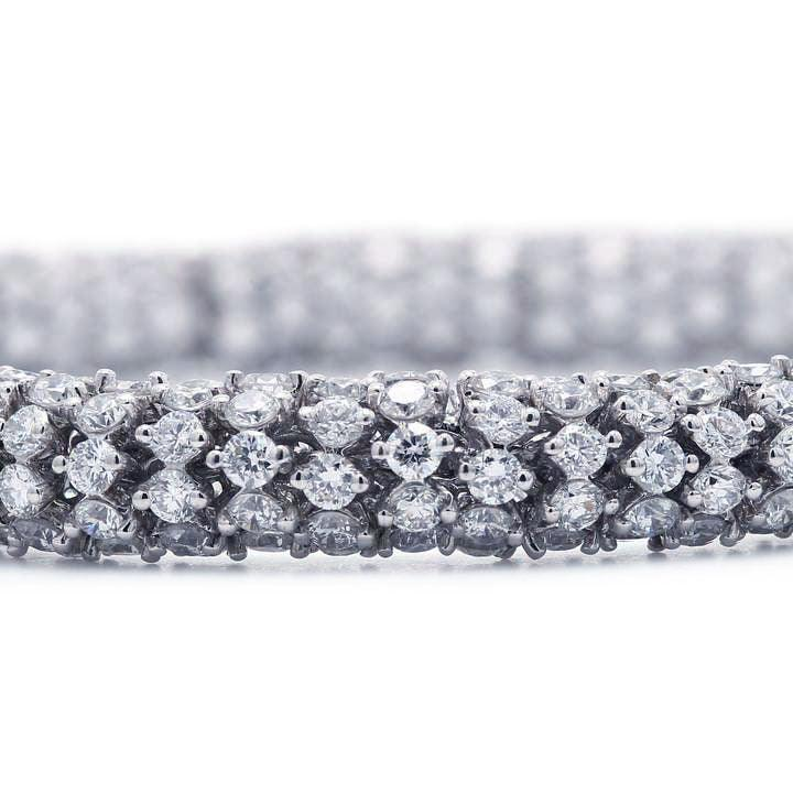 17 carat lace bracelet white gold close-up
