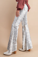Load image into Gallery viewer, SNAKE PRINT BELL DENIM JEANS