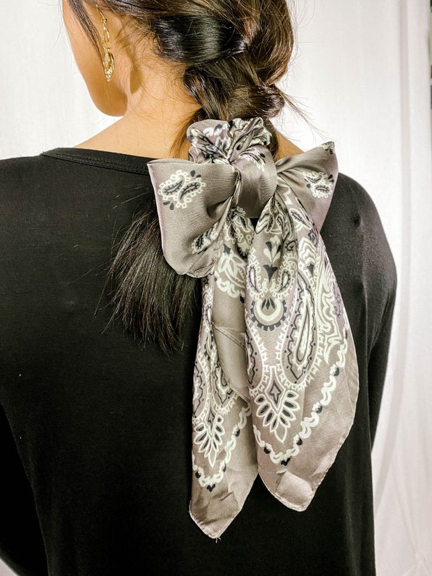 SILK BANDANA SCRUNCHIE - GRAY
