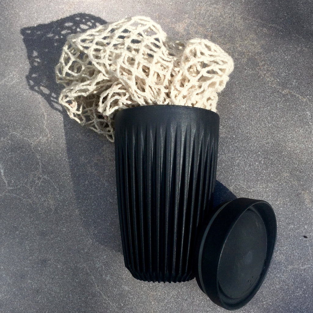 Single charcoal HuskeeCup with lid and cream cotton string bag from The Ekologi Store.
