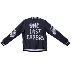 Espalda bomber jacket negra con estampado cancion one last caress de banda misfits