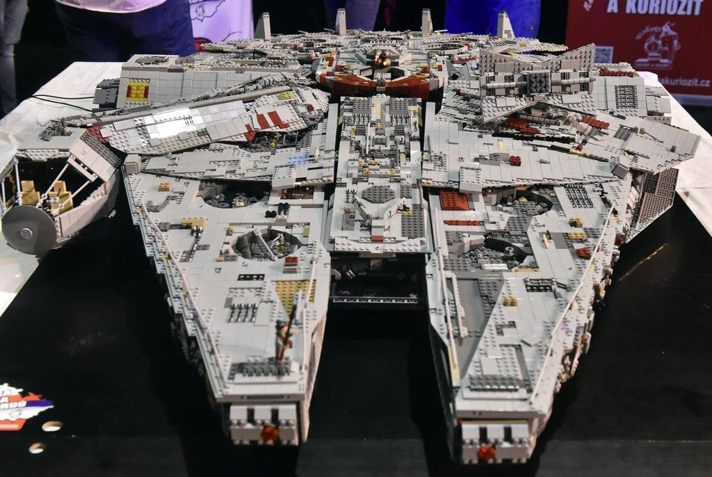 Lego Millennium Falcon made of 70,000 parts | LAminifigs