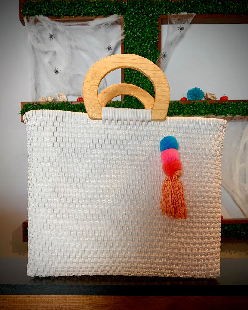 3010 - White Woven Purse with Wooden Handles
