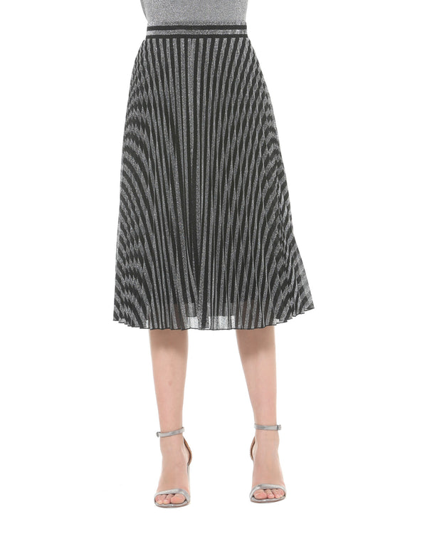 Pleated skirt with optical illusion