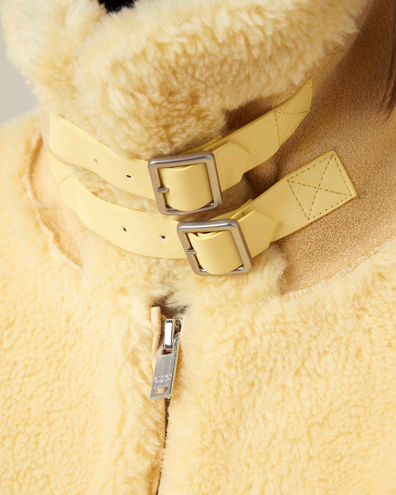 Short faux fur neck-clasps