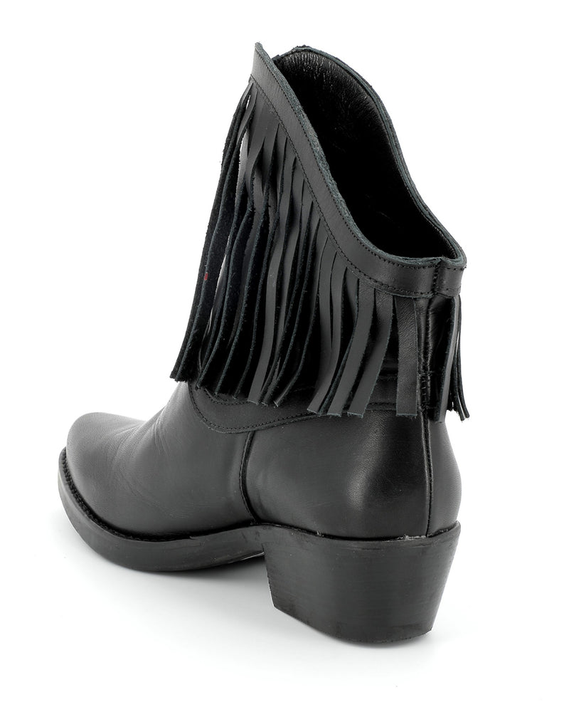 Leather ankle boots with fringes