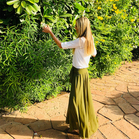 april peck at a fenugreek tree with long, healthy hair