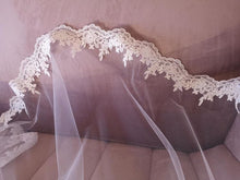 Load image into Gallery viewer, Classic Italian style lace edge veil