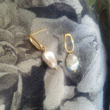 Load image into Gallery viewer, Freshwater white Keshi pearls drop stud earrings