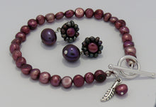 Load image into Gallery viewer, Plum and cranberry cultured freshwater pearls bracelet and stud earrings