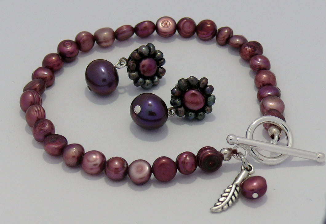 Plum and cranberry cultured freshwater pearls bracelet and stud earrings