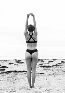 Bamboo Panty Hi-leg tanga, Bas de maillot de bain surf et voyage pour femme, Culotte string fait en bambou cousu à la main à Montreal. Underwear for active life and maximum comfort, soft feeling. Women streching on the beach wearing Mayaluga underwear
