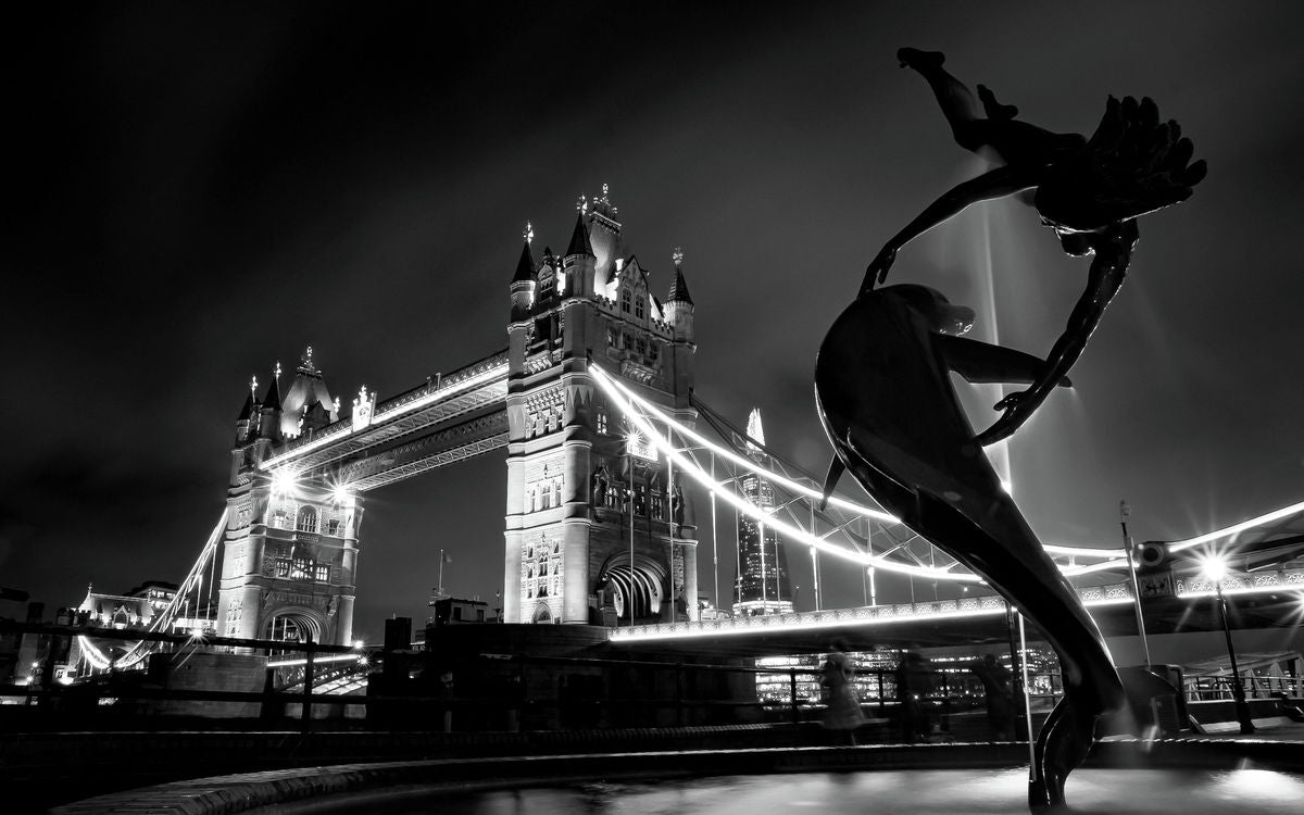 London - Tower Bridge - Dolphin & Girl