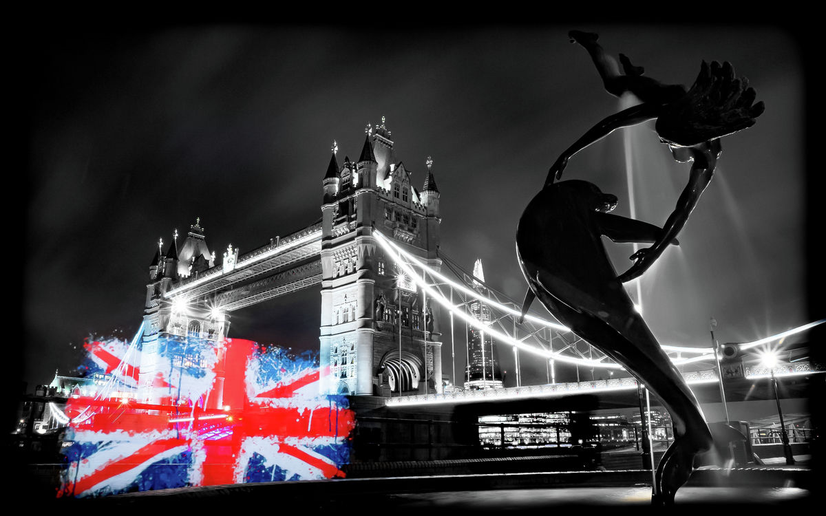London - Tower Bridge - Dolphin & Girl Fountain - Union Jack