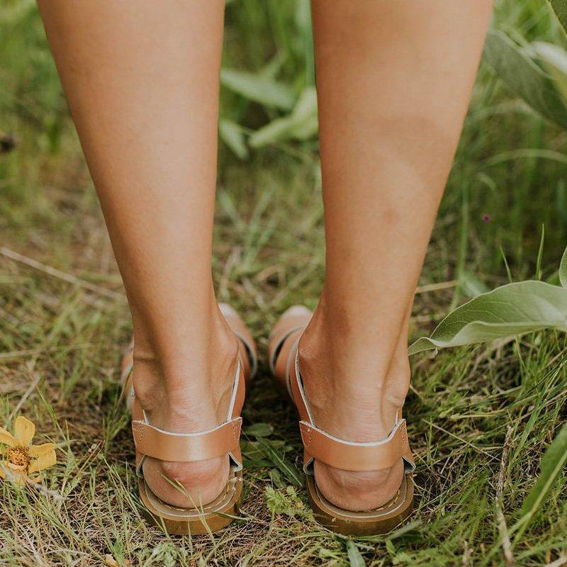 Comfortable flat-bottomed buckled sandals
