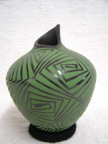 Mata Ortiz Handbuilt and Handpainted Pot - 7.5 in. tall x 5.75 in. dia. - AboutRuby.com