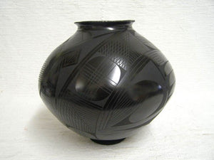 Mata Ortiz Handbuilt and Handpainted Pot - 10.5 in. tall x 10.5 in. dia - AboutRuby.com