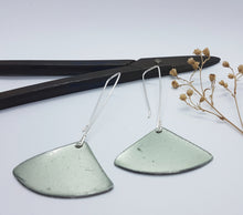 Load image into Gallery viewer, Fan Dangle Silver Moss Renault 16 Earrings