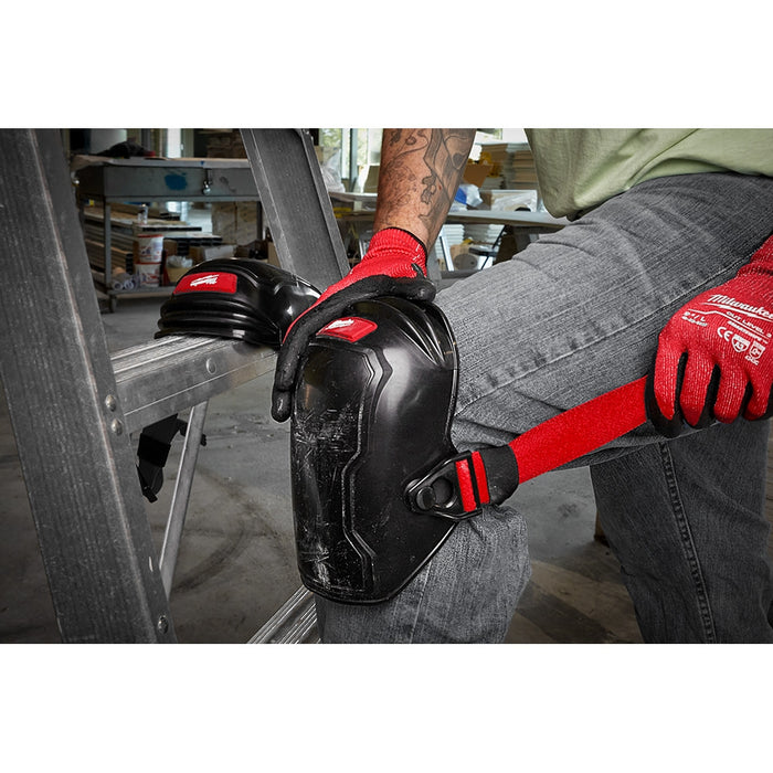 Adjusting the flexible straps on Milwaukee Free-Flex Knee Pads