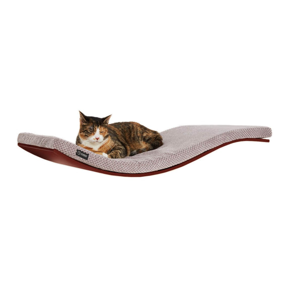 FURST - Estante de pared de diseño o percha para gatos de color nogal cubierto con un suave cojín de color capuchino