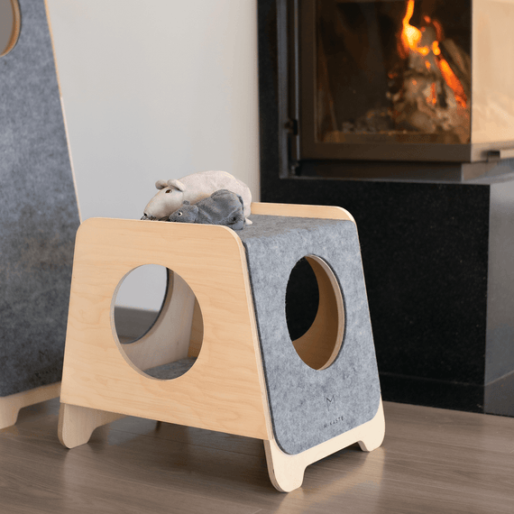 FURST - High-end scratching post in natural birch and mottled felt