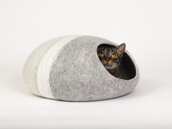 FURST - Adorable cat in its Cocoon Mineral felt den in silver shades with its white ring