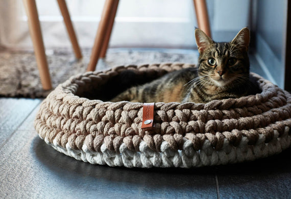 FURST - Superb premium basket for cat in white taupe braided rope