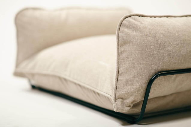FURST - Overview of the finish of this high-end beige dog sofa