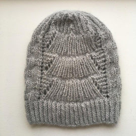 Magnum hat with lace pattern, knitted in Önling no 1 merino wool and lamana cusi alpaca, light grey