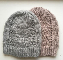 2 Magnum hats with lace pattern, knitted in Önling no 1 merino wool and lamana cusi alpaca, grey rose and light grey