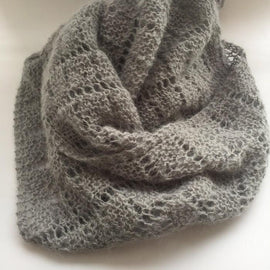 Eng Advent scarf, a light and fluffy shawl knitted in light grey Lamana cusi alpaca