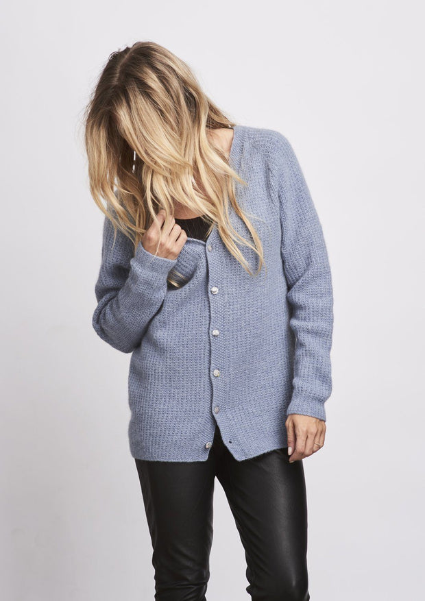 Camille light blue knitted cardigan with V-neck and moss stitch, made in Önling no 1 merino wool