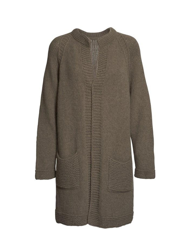 Long and open beige cardigan knitted at large needles, with pockets in front, made in Önling no 1 merino wool, the front