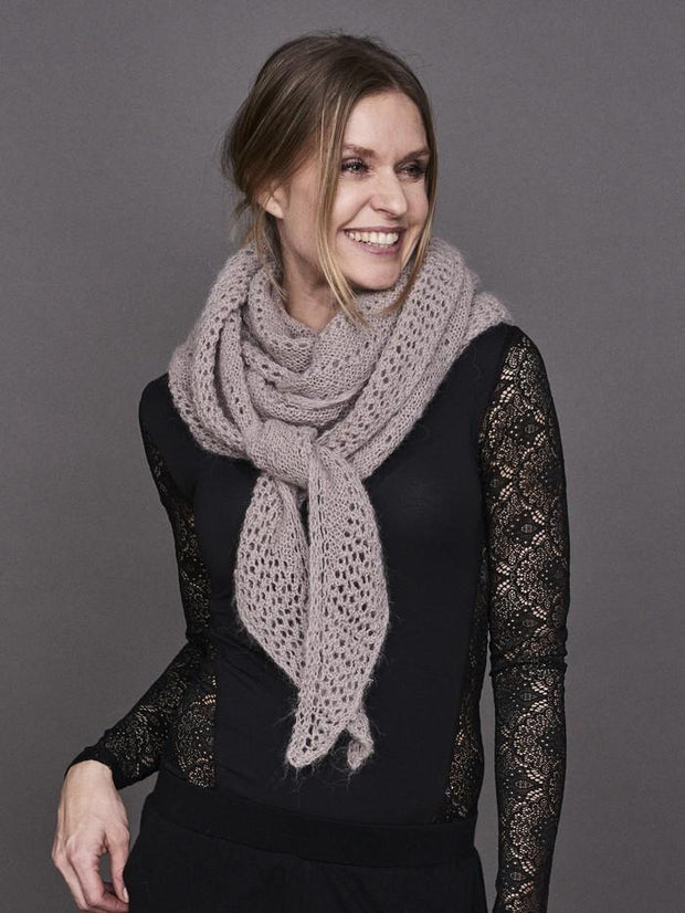 Cloud super light knitted shawl with lace pattern, made in grey rose Lamana Cusi Alpaca
