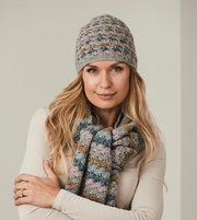 Crochet hat with shell pattern, knitted in Isager Tvinni and Highland wool in grey blue colors