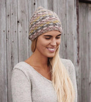 Crochet hat with shell pattern, knitted in Isager Tvinni and Highland wool in grey rose colors