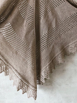 Knitting pattern for Eternal Sunshine shawl, designed by June Thomsen for Yarn Lovers. In Önling No 11 cashmere and merino wool