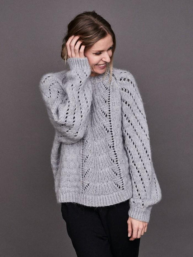 Magnum sweater with lace pattern, knitted in Önling no 1 merino wool and lamana cusi alpaca, light grey