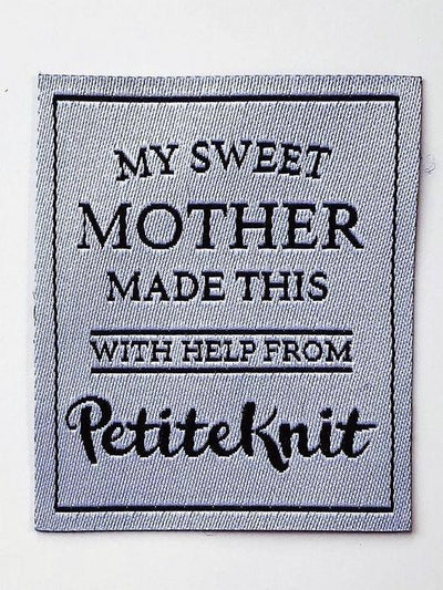 "PetiteKnit Label med tekst ""My Sweet mother made this - with help from PetiteKnit"""