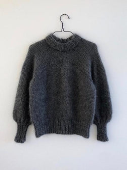 Strikkekit til Saturday Night sweater fra Petite Knit hænger