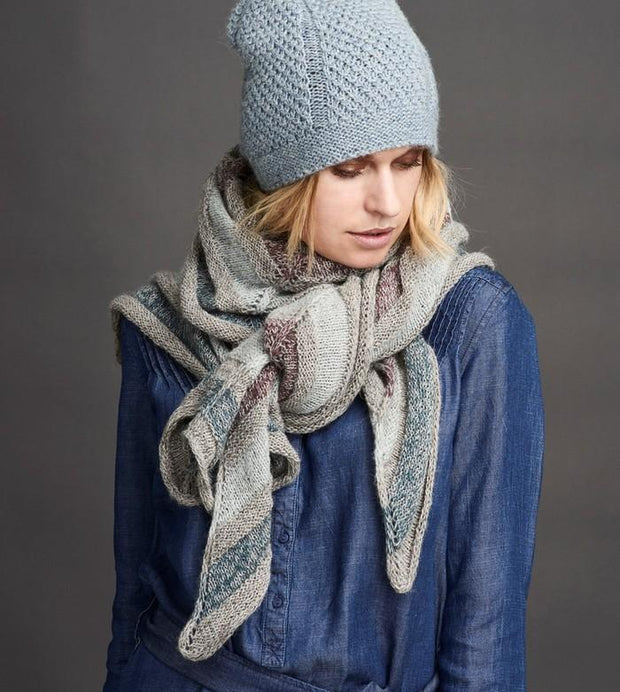 Dug light blue knitted hat with a sweet cable pattern, made in Isager Tweed wool and alpaca