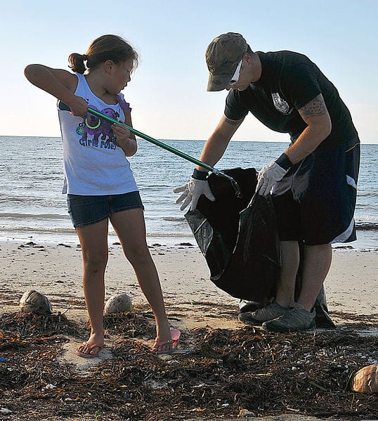 538px-U.S._Navy_Master-at-Arms_2nd_Class_Justin_Sosa_and_his_daughter_pick_up_trash_at_Truman_Annex_at_Naval_Air_Station_Key_West,_Fla.,_Sept_130921-N-YB753-026