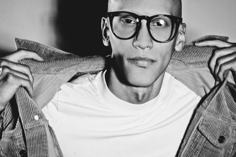 Male model wearing the JOIUSS Deano black glasses frame.