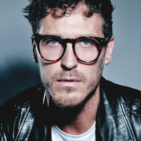 Model wearing the JOIUSS Deano tortoiseshell men's round glasses frame