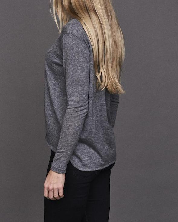 Anna cozy top, grey top with long sleeves and pleats in front, made in thin and light wool and cashmere, the back