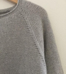 Caroline classic raglan sweater in light grey, made in Önling no 1 merino wool, detail picture of raglan
