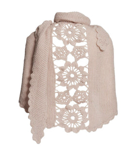 Lenes shawl, a knitted shawl with a flower panel at the back, made in light beige Isager Tvinni wool and Silk Mohair