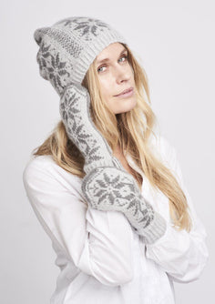Nordic hat and gloves with stars, light grey with dark grey stars, knitted in Önling No 1 merino wool